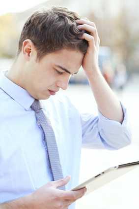 Illusztráció: Fiatalember nem érti mit ír ki a kezében lévő tablet