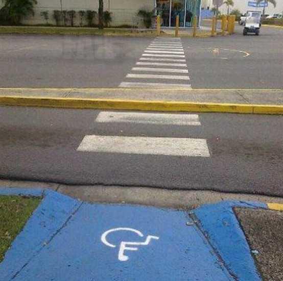 Az úttest két szélén akadálymentesített gyalogosátkelő. Ám az út közepén egy járdasziget van, amelyre a kerekesszékes nem tud felmenni.