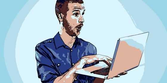 Egy férfi számítógépen néz, és valamin meglepődik. Jéé, hát ilyen jó az akadálymentes web oldal?