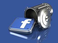 Egy felborult kuka, aminek a tetején egy Facebook logó van, ez borult ki belőle